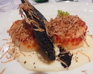 Capesante scottate, crema di cavolfiore, cialda al nero di seppia e tartufo nero